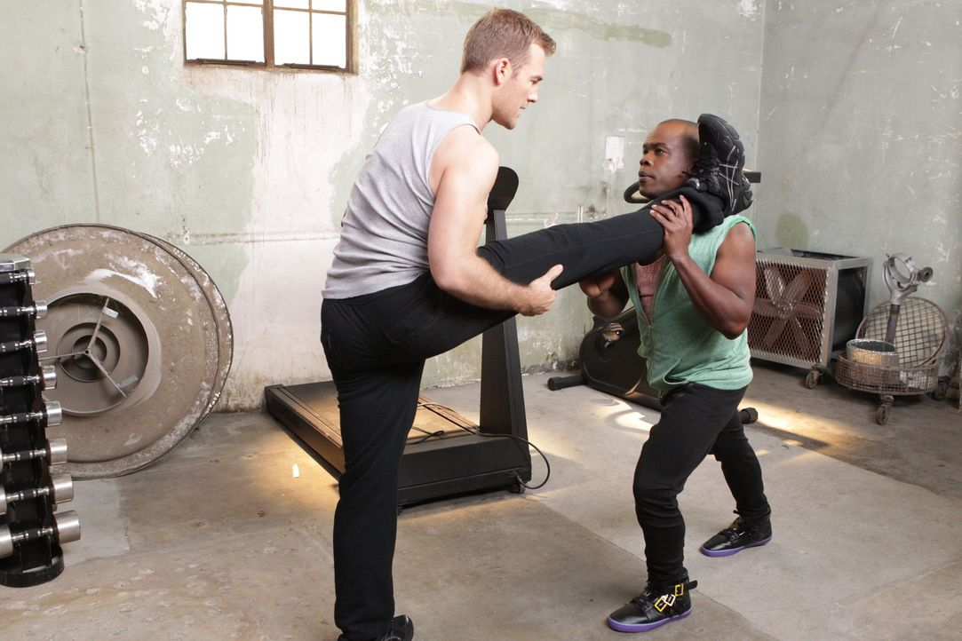 """Ein strenges Trainingsprogramm soll James (James Van Der Beek, l.) optimal auf """"Dancing with the stars"""" vorbereiten, wobei Luther (Ray Ford, r.) den... - Bildquelle: 2012 American Broadcasting Companies. All rights reserved."""