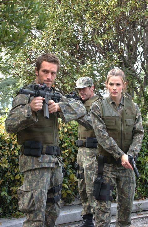Als das Signal eines Senders schließlich empfangen wird, fliehen Sydney (Jennifer Garner, r.) und Vaughn (Michael Vartan, l.) sofort mit einem Eins... - Bildquelle: Touchstone Television