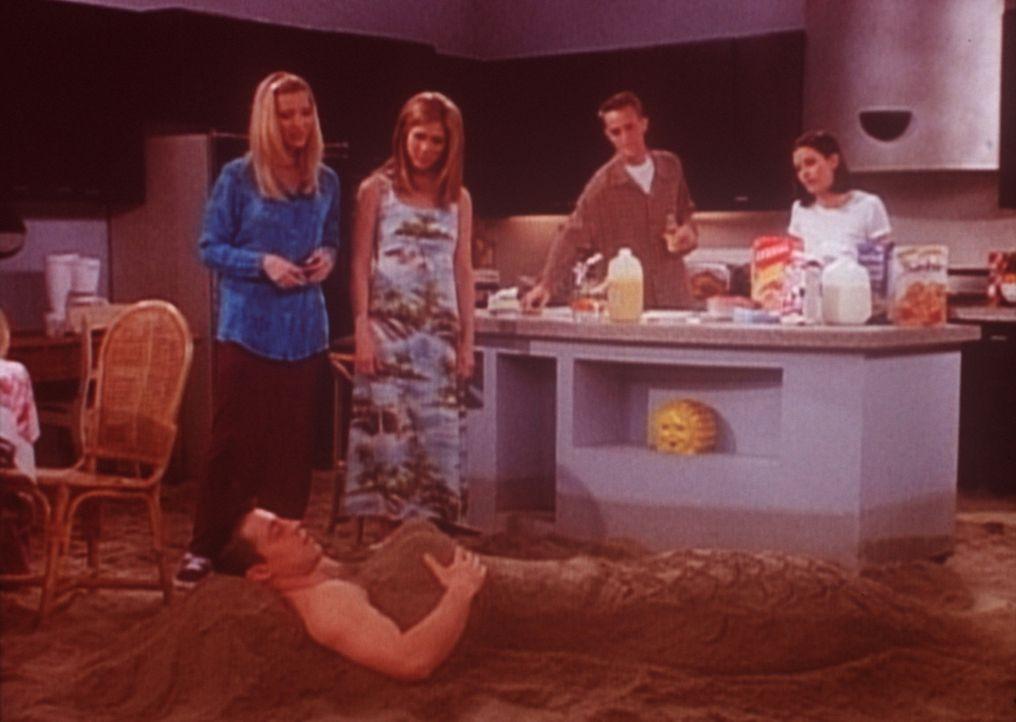 Damit Joey (Matt LeBlanc, vorne) es ein bisschen wärmer hat, haben ihn seine Freunde mit Sand eingebuddelt. - Bildquelle: TM+  2000 WARNER BROS.