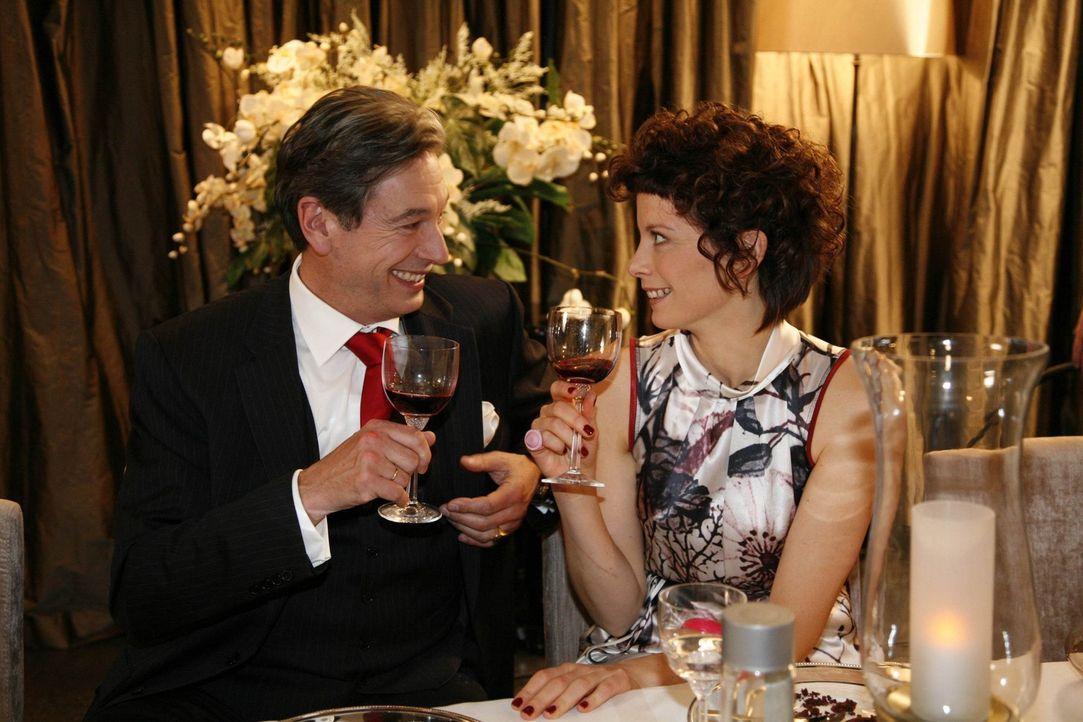 Amüsieren sich bestens: Julius (Günter Barton, l.) und Emily (Anna Schäfer, r.) ... - Bildquelle: SAT.1