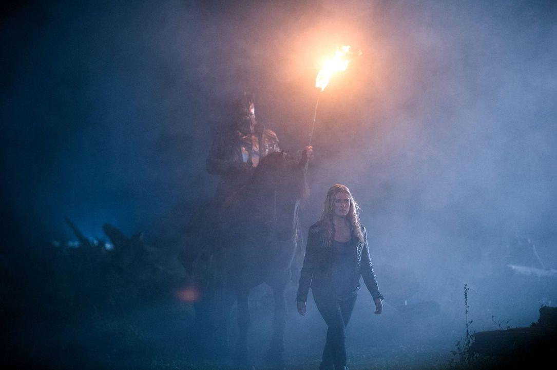 Clarke (Eliza Taylor, r.) kehrt ins Lager zurück, doch die Nachricht, die sie mitbringt ist alles andere als hoffnungsbringend ... - Bildquelle: 2014 Warner Brothers