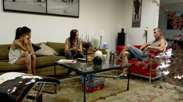 Leigh Ann (M.) kommt von einer Geschäftsreise zurück. Megan (l.) und Chris (r...