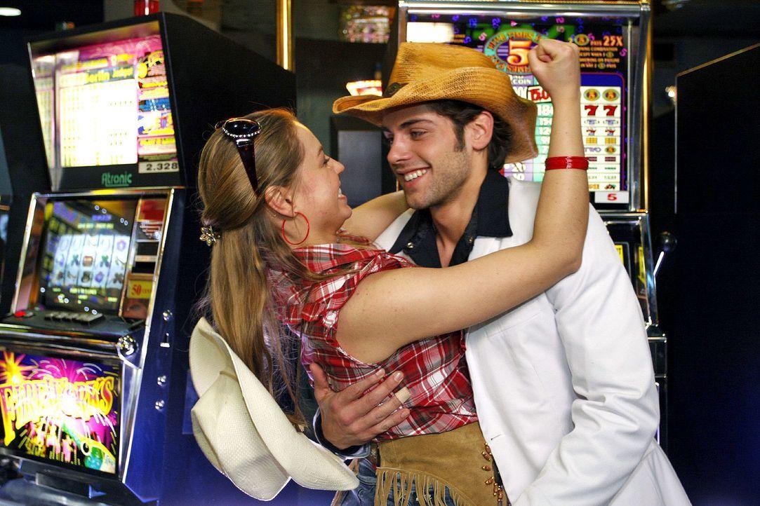 Katja (Karolina Lodyga, l.) behauptet, dass Jonas (Roy Peter Link, r.) im Casino gewonnen und alles bezahlt hat. - Bildquelle: Noreen Flynn Sat.1