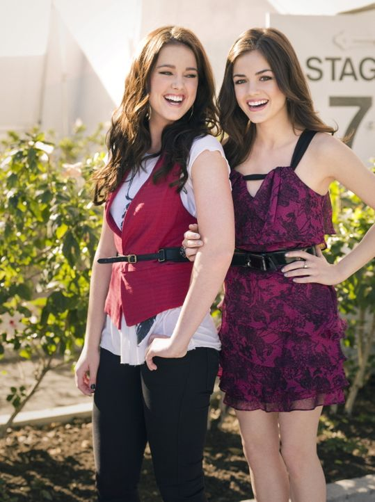 Sage (Ashley Newbrough, l.) und Rose Baker (Lucy Hale, r.) haben ganz andere Pläne, was ihr zukünftiges Leben betrifft, als ihre neue Privatlehrer... - Bildquelle: Warner Bros. Television