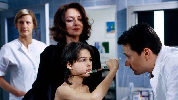 Stolz zeigt der kleine Felix (Jascha Salimi, 2.v.r.) Dr. Kampmann (Ulrich Rei...