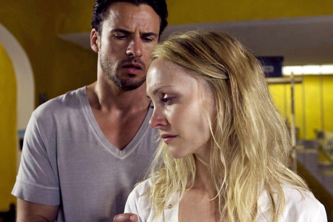 Ben (Stephan Luca, l.) versucht die verzweifelte Karla (Janin Reinhardt, r.), die um ihren Vater bangt, zu trösten. - Bildquelle: Olaf R. Benold Sat.1