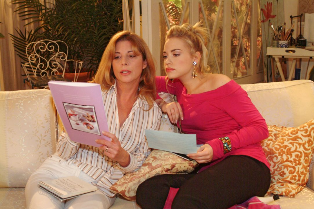 Laura (Olivia Pascal, l.) ahnt nicht, dass Kim (Lara-Isabelle Rentinck, r.) im Hintergrund ausgerechnet mit Sophie an der Organisation des Maskenbal... - Bildquelle: Monika Schürle Sat.1
