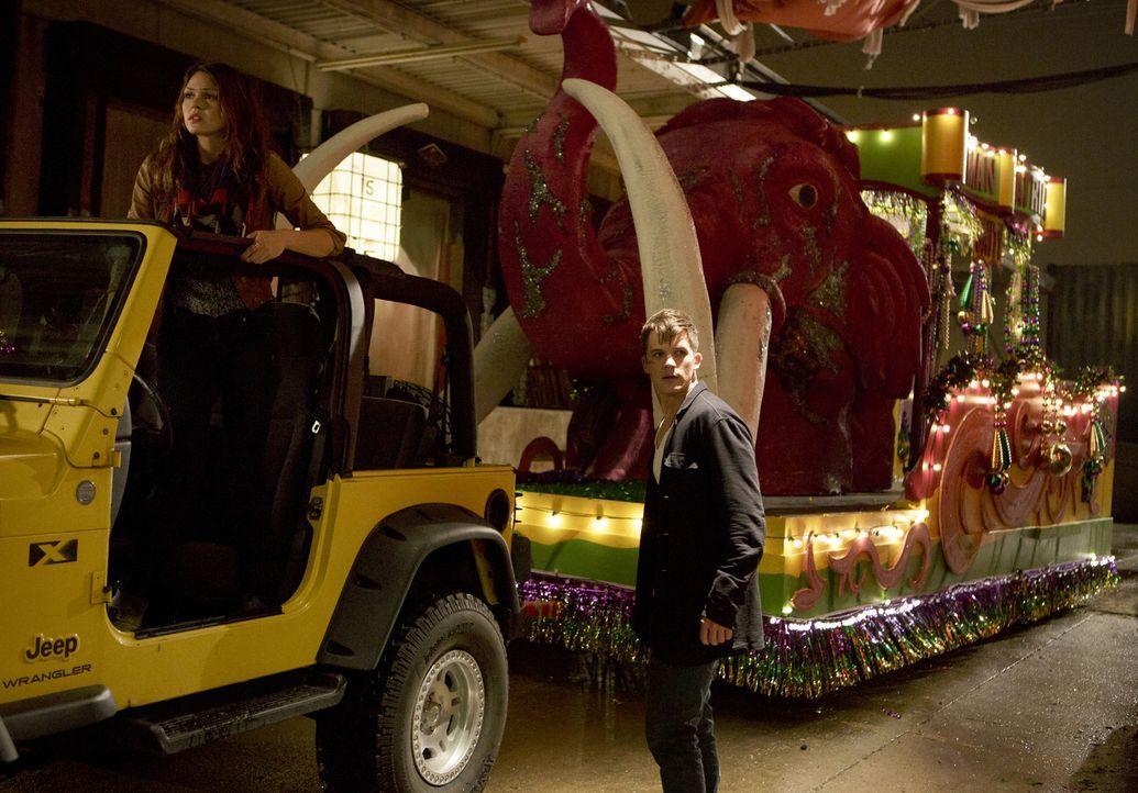 Noch ahnen Emery (Aimée Teegarden, l.) und Roman (Matt Lanter, r.) nicht, dass ihre Mission unter keinem guten Stern steht ... - Bildquelle: 2014 The CW Network, LLC. All rights reserved.