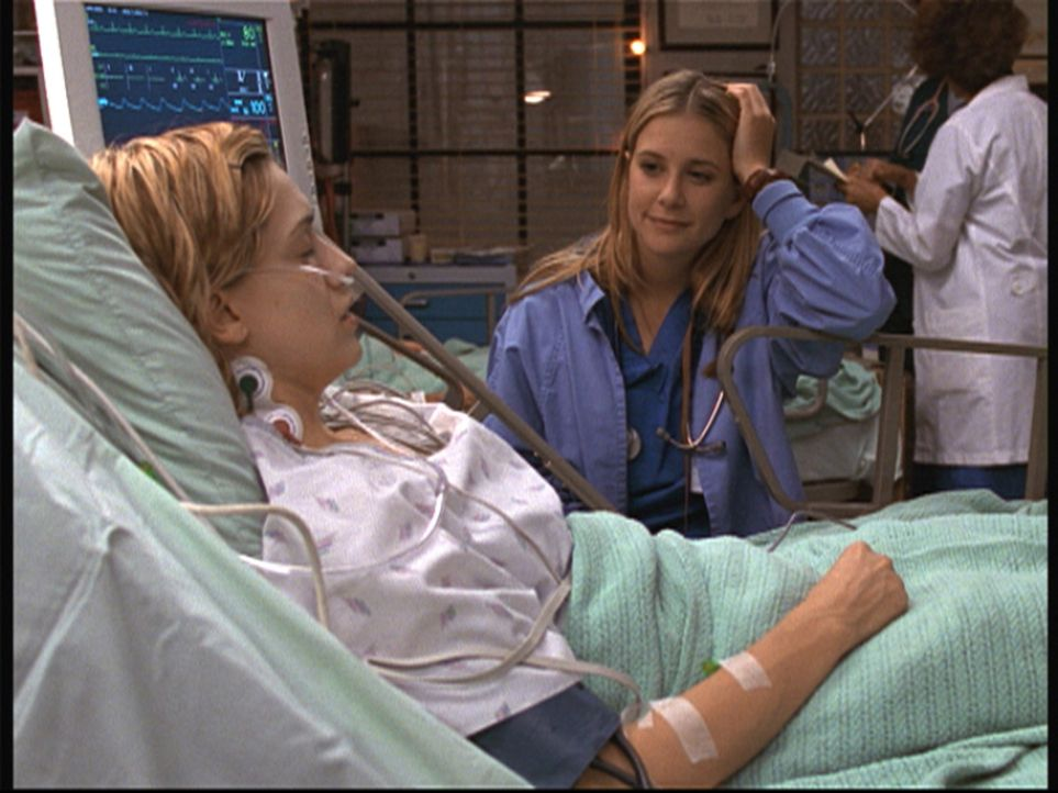 Lucys (Kellie Martin, r.) Einsatz hat Valerie es zu verdanken, dass sie noch lebt. - Bildquelle: TM+  2000 WARNER BROS.