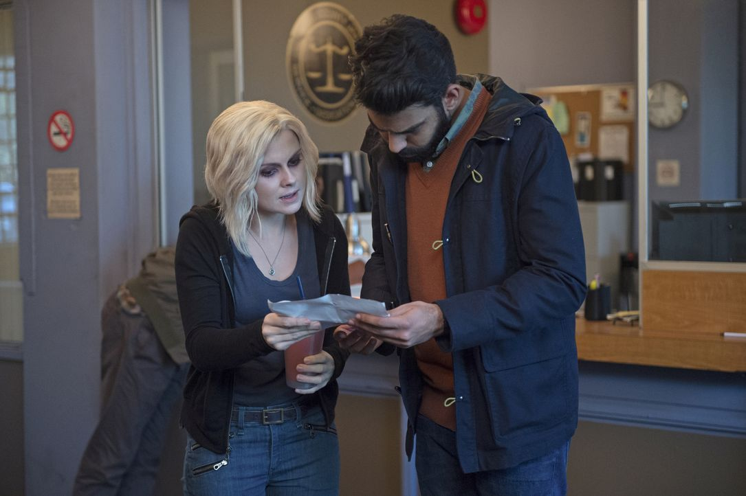 Um Einblicke in die Firma einer ermordeten Hochzeitsplanerin zu bekommen, geben sich Liv (Rose McIver, l.) und Ravi (Rahul Kohli, r.) als verlobtes... - Bildquelle: 2014 Warner Brothers