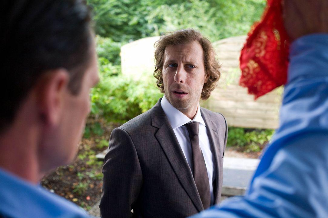 Zunächst kann und will Max' bester Freund Lutz (Oliver Korittke) nicht glauben, dass Nathalie fremd geht, doch als sich die Beweise häufen, ist er g... - Bildquelle: Chris Hirschhäuser Sat.1