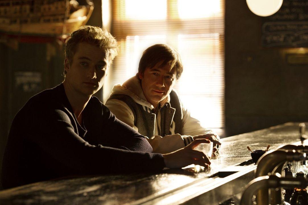 """Schutzengel Buddy (Michael """"Bully"""" Herbig, r.) bringt das Leben seines Schützlings Eddie (Alexander Fehling, l.) mehr durcheinander, als es zu """"schü... - Bildquelle: Warner Brothers"""