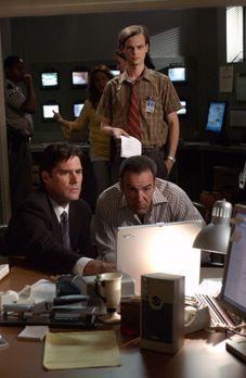 Gemeinsam suchen Dr. Spencer Reid (Matthew Gray Gubler, hinten), Agent Aaron...