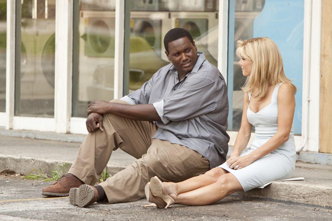 Der Teenager Michael Oher (Quinton Aaron, l.) ist praktisch obdachlos und auf sich allein gestellt, als ihn Leigh Anne Tuohy (Sandra Bullock, r.) zu... - Bildquelle: Warner Brothers