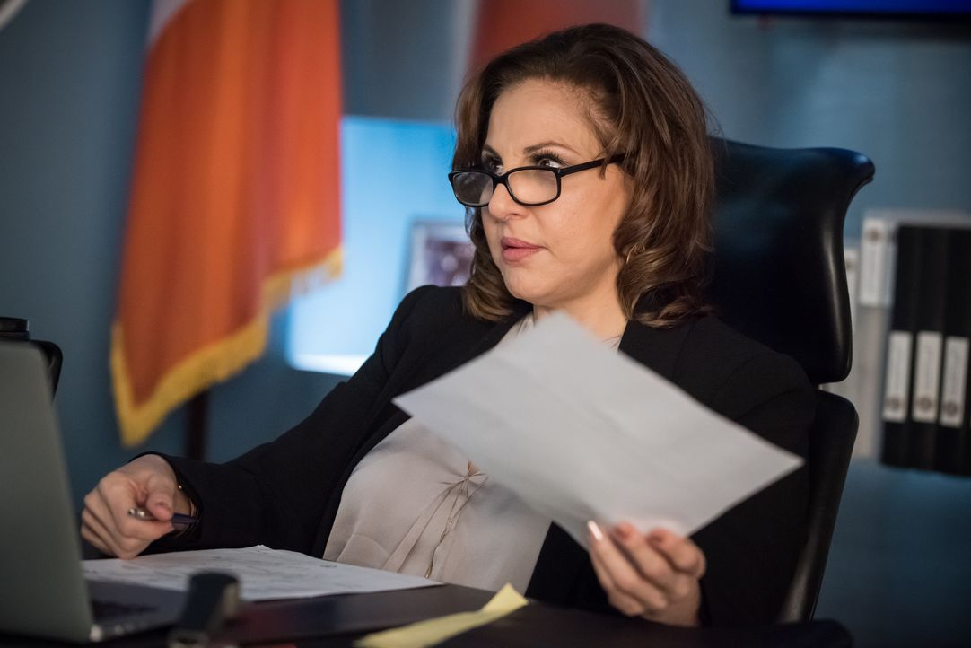 Nachdem Als Erzfeindin Captain Sandra Russo (Kathy Najimy) als Nachfolgerin für Eliot auserkoren wurde, möchte diese einiges in der Major Crimes Uni... - Bildquelle: Jeff Neumann 2015, 2016 Sony Pictures Television Inc. All Rights Reserved.