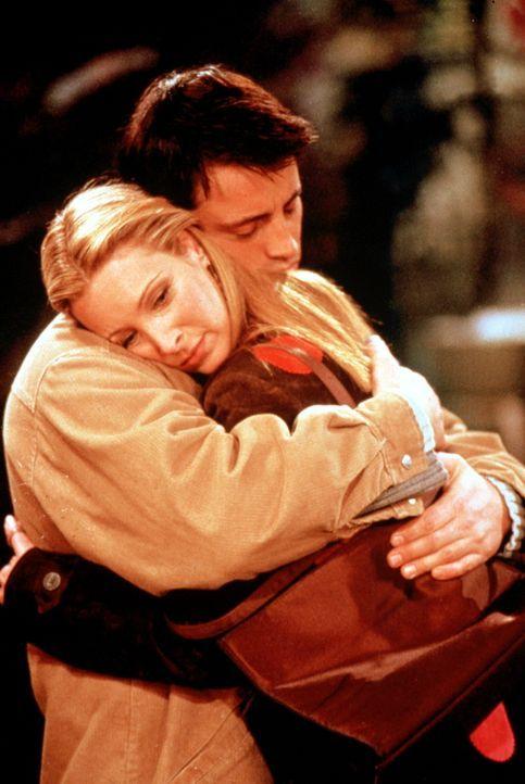 Wahre Freunde: Joey (Matt LeBlanc, l.) tröstet Phoebe (Lisa Kudrow, r.), die ihre große Liebe zum zweiten Mal verloren hat ... - Bildquelle: TM+  2000 WARNER BROS.
