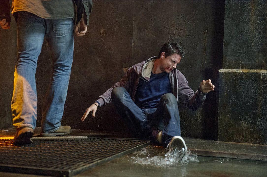 Stellt sich Stephen (Robbie Amell) dem gewalttätigen Verbrecher tatsächlich alleine gegenüber - ausgerechnet, als er sein Fähigkeiten nicht nutzen k... - Bildquelle: Warner Bros. Entertainment, Inc