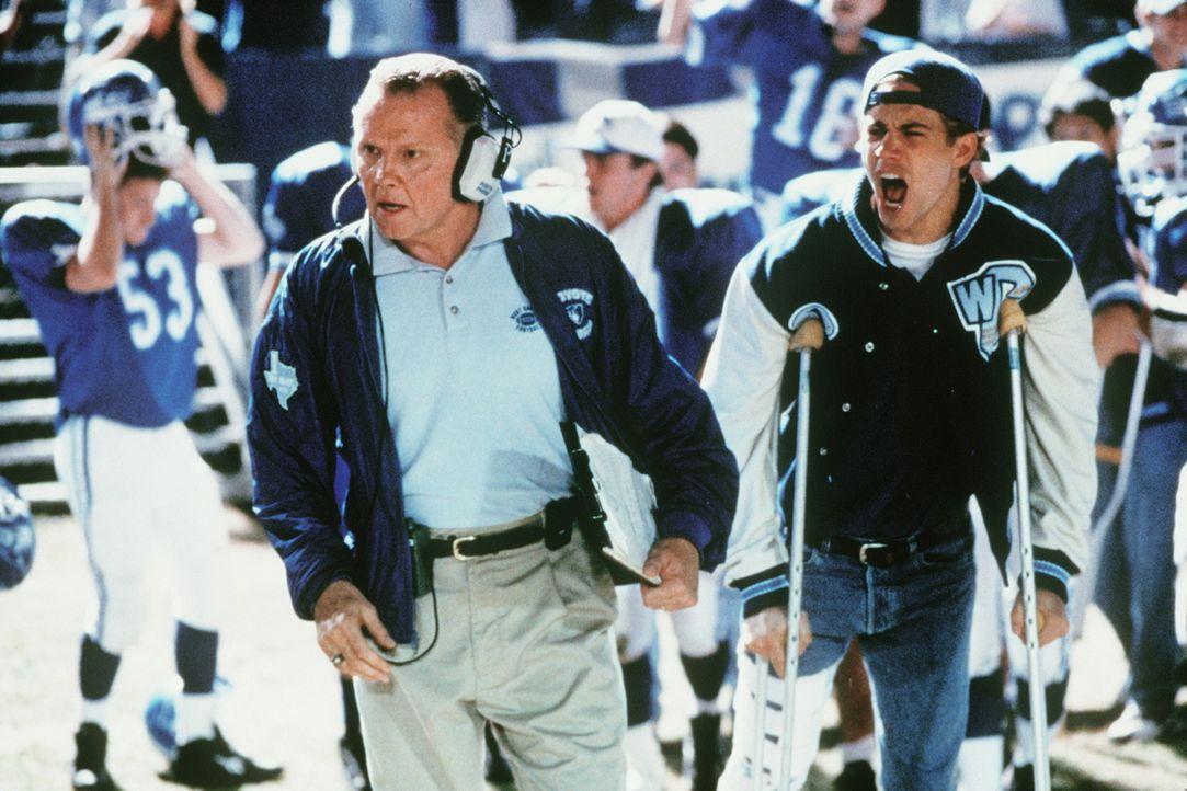 Seit der Star-Quarterback Lance Harbor (Paul Walker, r.) wegen einer Verletzung ausfällt, muss sich der Coach Kilmer (Jon Voight, l.) nicht nur mit... - Bildquelle: Paramount Pictures