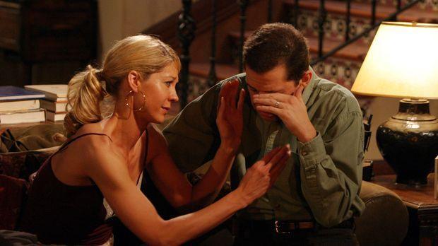 Zwischen Frankie (Jenna Elfman, l.) und Alan (Jon Cryer, r.) entwickelt sich...