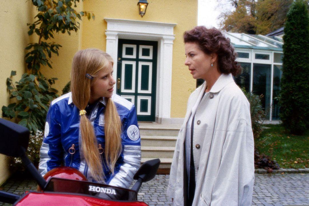 Martina Goldbeck (Gudrun Landgrebe, r.) muss akzeptieren, dass ihre Tochter Jennifer (Susanne Bormann, l.) sie hasst, weil sie während ihres USA-Auf... - Bildquelle: Erika Hauri Sat.1