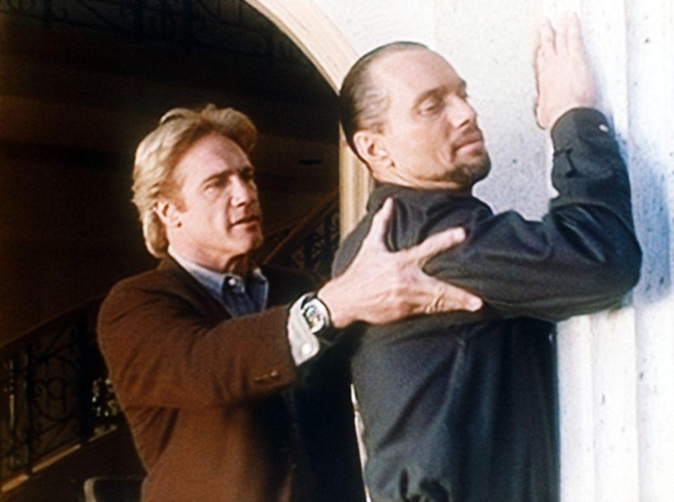 Steve (Barry Van Dyke, l.) verhaftet Eddie Alcala (Cylk Cozart), einen Gangsterboss, der nicht nur mit Rauschgift handelt, sondern auch einige Morde... - Bildquelle: Viacom