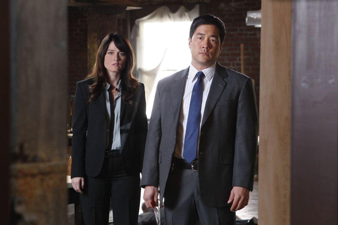 Ermitteln in einem neuen Mordfall: Teresa (Robin Tunney, l.) und Kimball (Tim Kang, r.) ... - Bildquelle: Warner Bros. Television