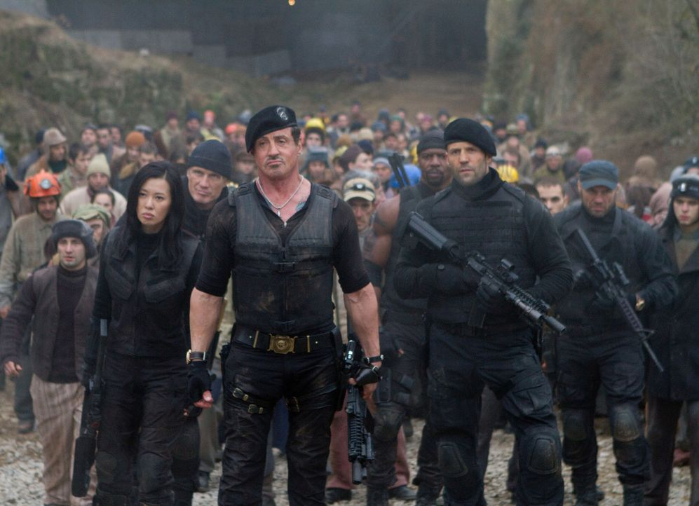 Sind bereit, alles zu geben, um die Menschheit zu beschützen: Barney Ross (Sylvester Stallone, vorne M.), Maggie (Nan Yu, vorne l.), Gunner Jensen (... - Bildquelle: BARNEY'S CHRISTMAS, INC.  ALL RIGHTS RESERVED