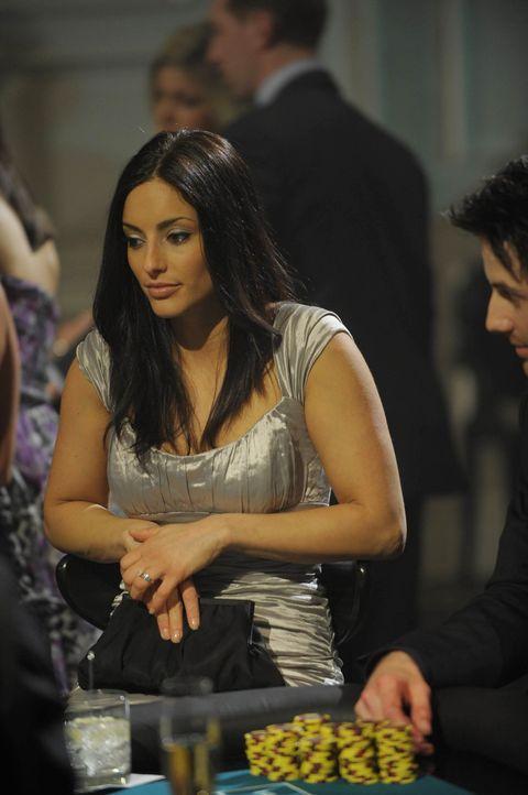 Was ist das Geheimnis hinter Jilians (Erica Cerra) und Garys außergewöhnlichen Glückssträhne? Die Warehouse-Agenten sind ihnen auf den Fersen ... - Bildquelle: Philippe Bosse SCI FI Channel