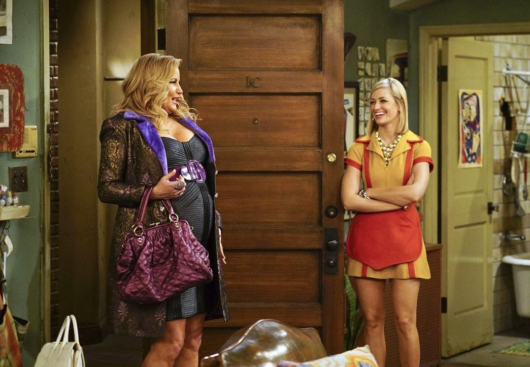 Sophie (Jennifer Coolidge, l.) kommt bei Caroline (Beth Behrs, r.) und Max vorbei, um einige Sachen in deren Apartment zu deponieren. Randy ist eben... - Bildquelle: 2016 Warner Brothers