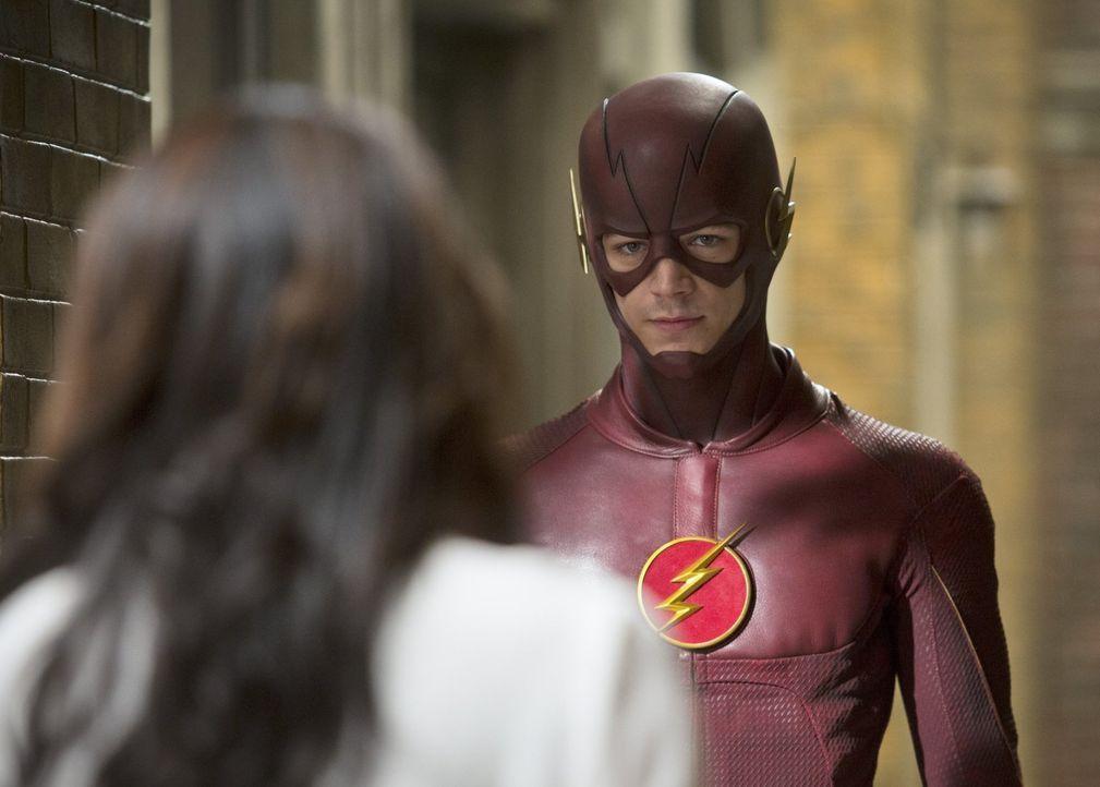 Als Barry alias The Flash (Grant Gustin, r.) ihr wichtige Informationen zukommen lässt, bekommt Iris (Candice Patton, l.) sogar noch mehr, als Flash... - Bildquelle: Warner Brothers.