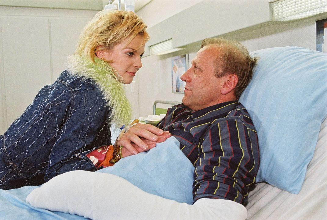 Sabrina (Yvonne Schönherr, l.) besucht ihren Vater Hardy (Karl Kranzkowski, r.) in der Klinik, der sich absichtlich verletzt hat. Hardy hofft, dass... - Bildquelle: Noreen Flynn Sat.1