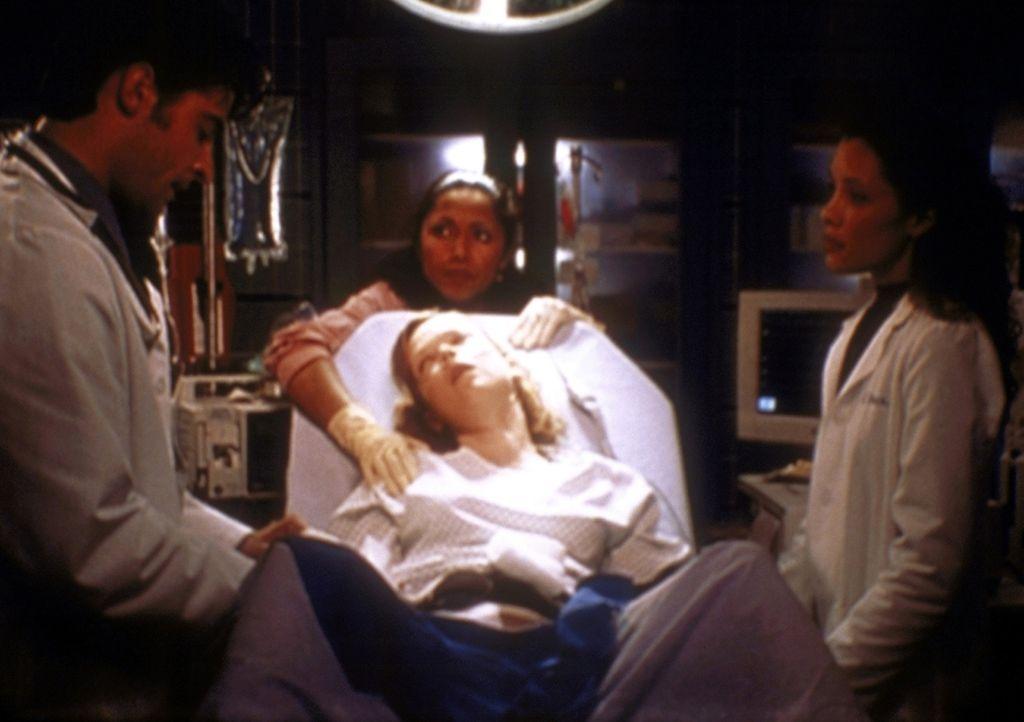 Kovac (Goran Visnjic, l.) und Hathaway (Julianna Margulies, r.) kümmern sich um die hochschwangere Gloria (Emily Bergl, M.), die sich gegen einen Ka... - Bildquelle: TM+  2000 WARNER BROS.