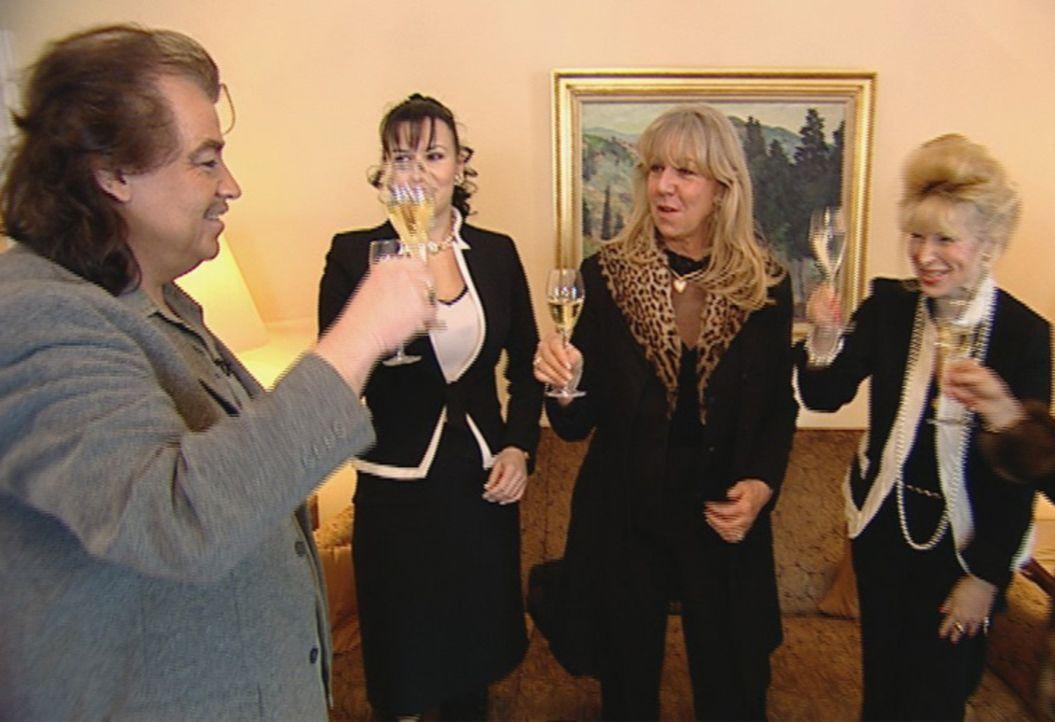 Wirtschaftskrise? Nicht bei Alfredo Pauly (l.) und seinen Luxuskundinnen ... - Bildquelle: SAT.1