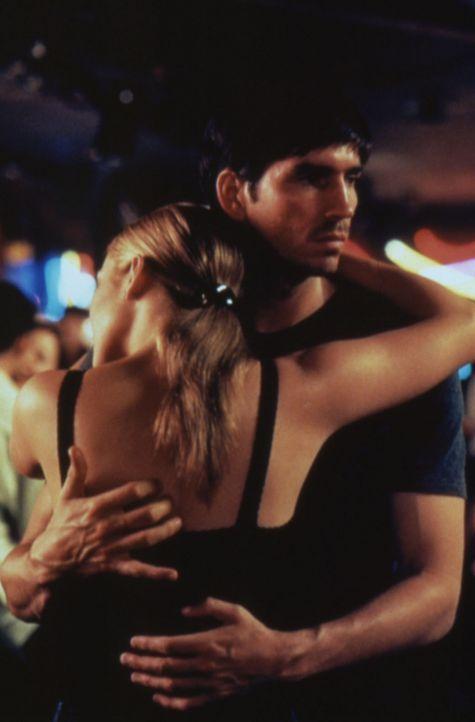Der mysteriöse Fremde (James Caviezel, r.) rettete Sharon's (Jennifer Lopez, r.) Leben. - Bildquelle: Warner Bros.