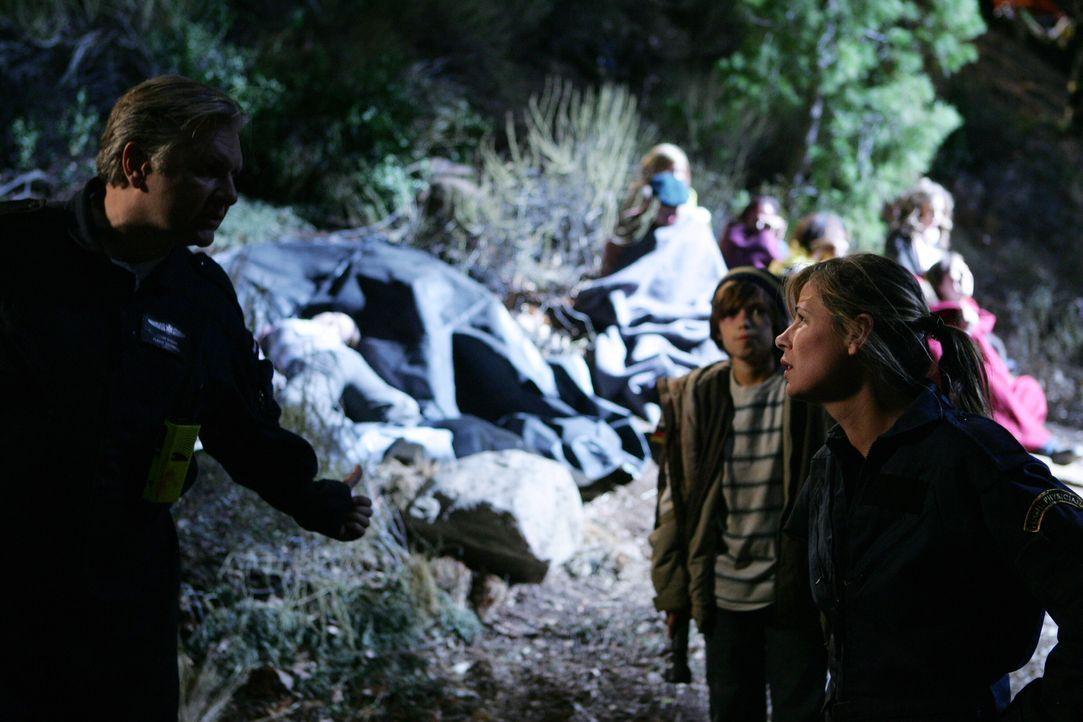 Während der Rettungsarbeiten geraten Abby (Maura Tierney, r.) und Wright (Vyto Ruginis, l.) aneinander ... - Bildquelle: Warner Bros. Television