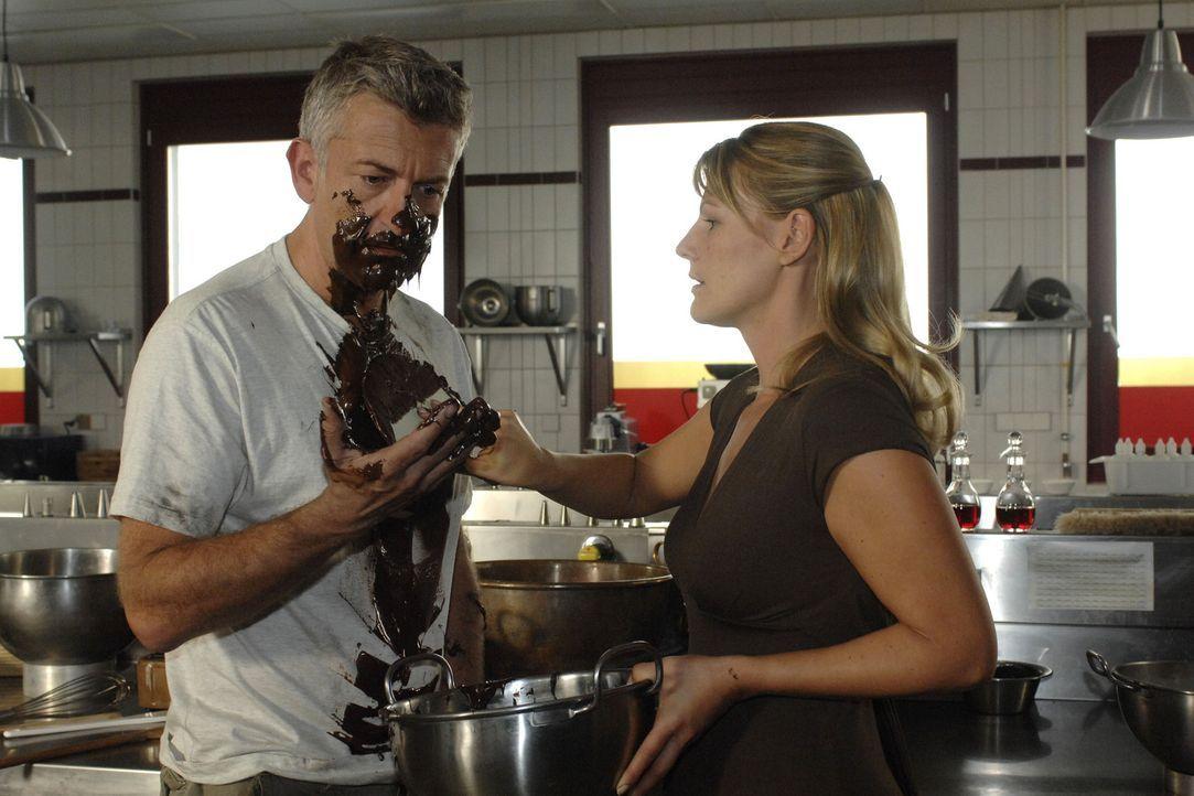Katharina (Sophie Schütt, r.) und Pit (Dominic Raacke, l.) klären ihre Probleme auf eine spezielle Weise... - Bildquelle: Sat.1