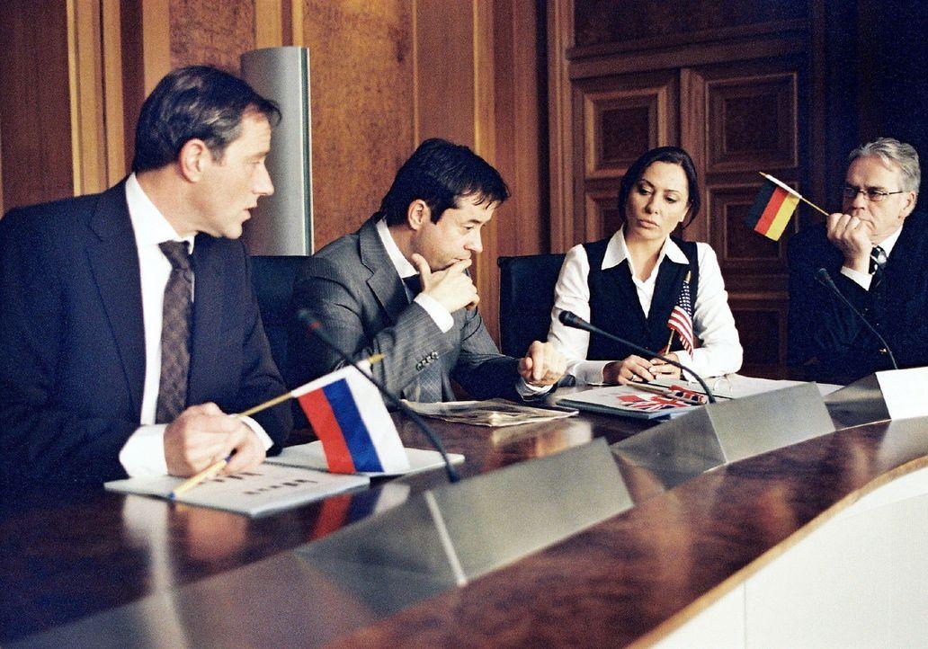 Laurens (Jan Josef Liefers, 2.v.l.) ist Mitarbeiter des deutschen Finanzministers Klaus Vorschmidt (Jürgen Heinrich, r.). Zusammen mit Freund und Ko... - Bildquelle: Stephan Rabold Sat.1