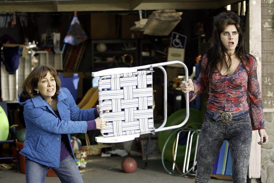 Als die Kinder von Rita (Brooke Shields, r.) auf Sue losgehen, beschließt Frankie (Patricia Heaton, l.), ihre furchteinflößende Nachbarin mit den Un... - Bildquelle: Warner Brothers