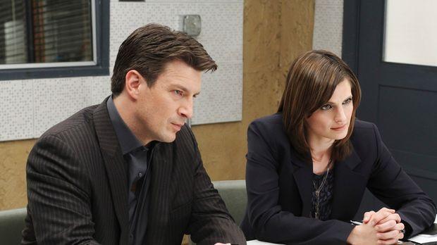 Richard Castle (Nathan Fillion, r.) und Kate Beckett (Stana Katic, l.) verhör...