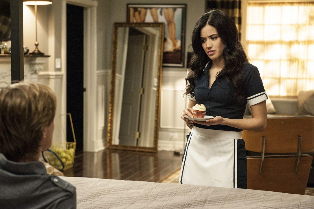 Während Spence einen Herzanfall erleidet, wundert sich Valentina (Edy Ganem, r.) darüber, dass Remi (Drew Van Acker, l.) die finanzielle Krise völli... - Bildquelle: ABC Studios