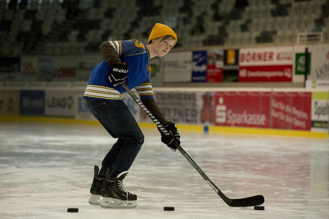 Die 13-jährige Nic (Lisa Bahati Wihstutz) spielt besser Eishockey als die meisten Jungs und sieht auch wie einer aus. Für ihren Vater - Witwer und E... - Bildquelle: Volker Roloff SAT.1