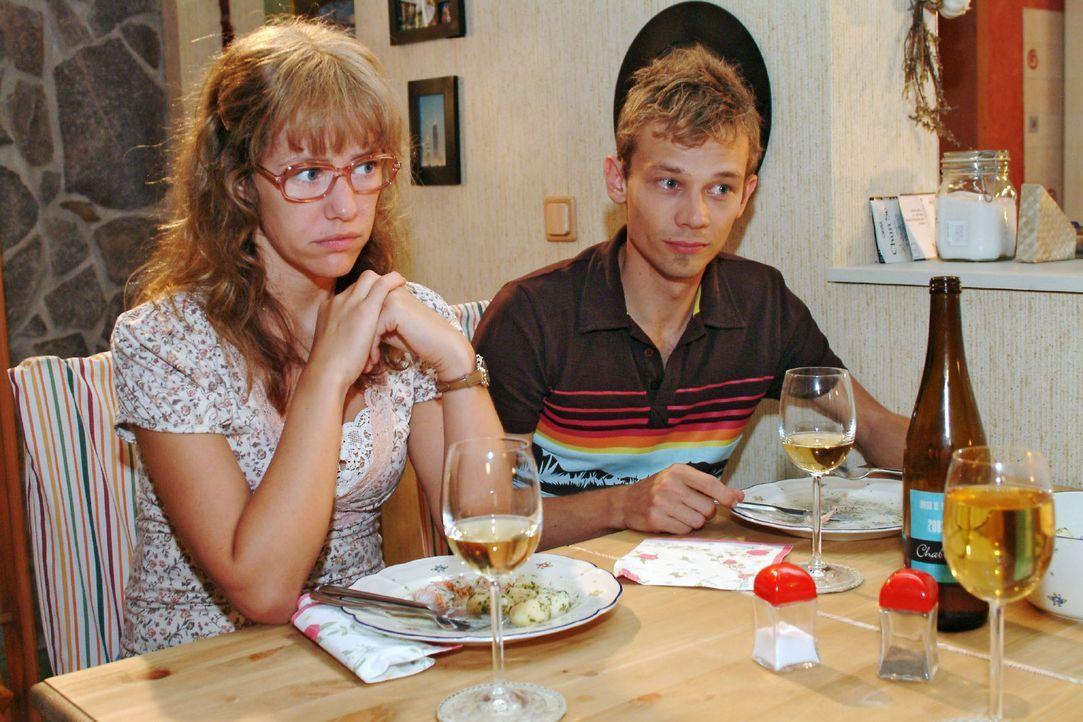 Beim Abendessen werden Lisa (Alexandra Neldel, l.) und Jürgen (Oliver Bokern, r.) in eine Rolle gedrängt, die ihnen nicht wirklich angenehm zu sein... - Bildquelle: Monika Schürle Sat.1