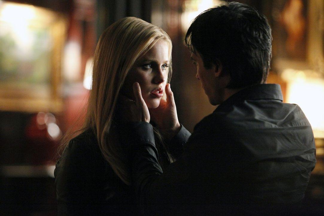 Damon (Ian Somerhalder, r.) muss erkennen, dass er von seiner alten Freundin Sage hintergangen wurde. Kann er Rebekah (Claire Holt, l.) wirklich ver... - Bildquelle: Warner Brothers