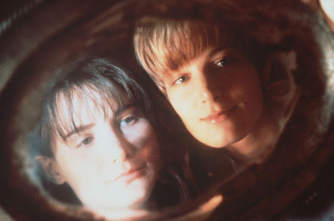Langsam schwant Allison (Bridget Fonda, r.), dass mit ihrer Untermieterin Hedra (Jennifer Jason Leigh, l.) so einiges nicht stimmt... - Bildquelle: Columbia Pictures