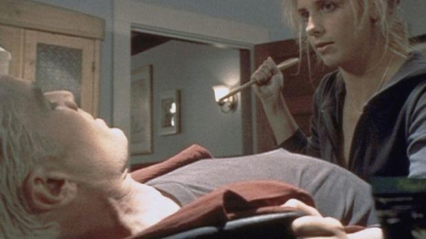 Buffy (Sarah Michelle Gellar, r.) setzt sich gegen Spike (James Marsters, l.)...
