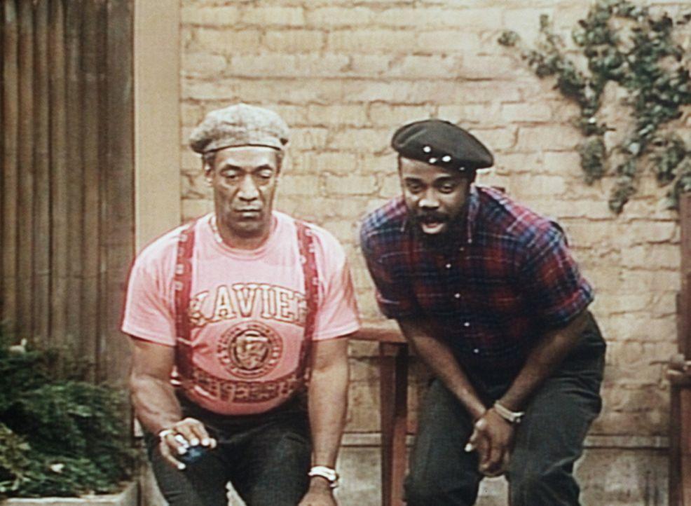 Cliff (Bill Cosby, l.) und James (Sullivan Walker, r.) liefern sich eine spannende Partie Pêtanque im Garten. - Bildquelle: Viacom