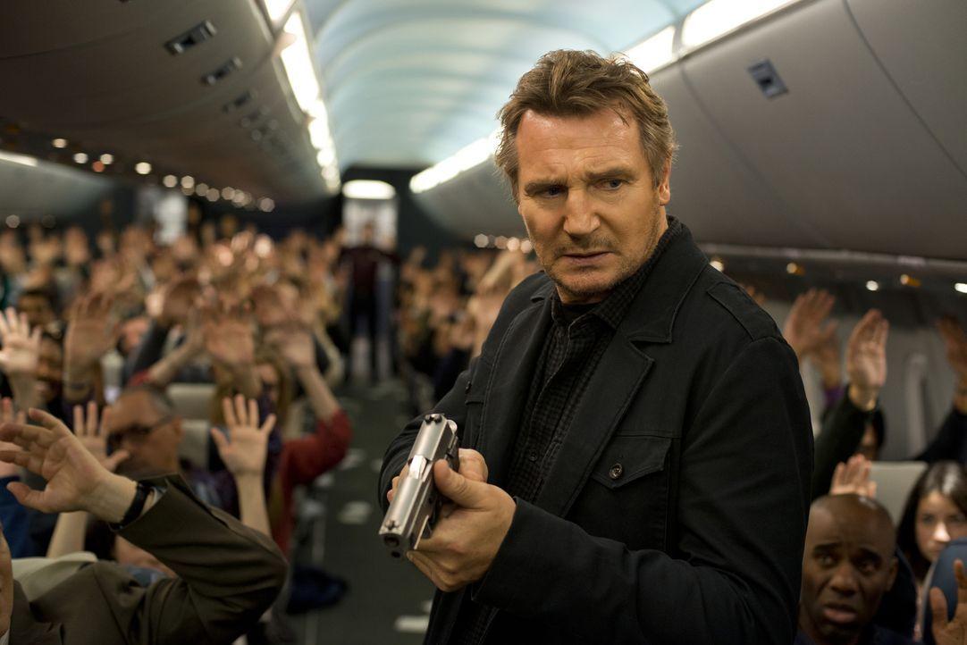 Während eines Routinefluges nach London erhält Air-Marshall Bill Marks (Liam Neeson) plötzlich eine SMS, in der mitgeteilt wird, dass alle 20 Minute... - Bildquelle: Myles Aronowitz 2014 TF1 FILMS PRODUCTION S.A.S STUDIOCANAL S.A. ALL RIGHTS RESERVED.