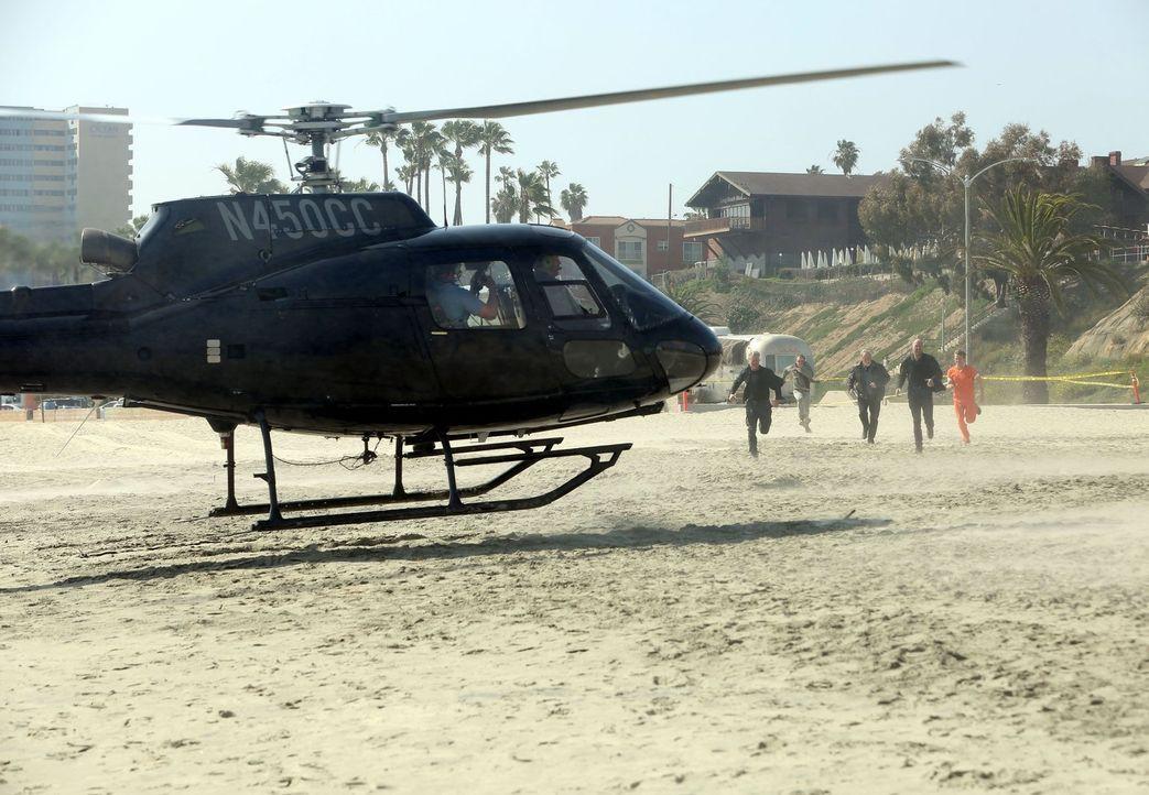 Bevor Nathan (Rex Linn, 3.v.l.) mit seinen Leuten zu einer spektakulären Flucht nach oben aufbrechen möchte, kommt es für Riggs (Clayne Crawford, 2.... - Bildquelle: Warner Brothers