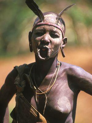 Frau ohne Lippenteller mit Federn - Bildquelle: Richard Gress