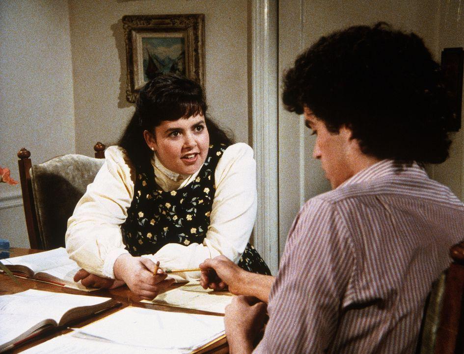 Jenny (Judy Carmen, l.) soll ihrem großen Schwarm Jack (Darren Dalton, r.) Nachhilfeunterricht geben, damit er das Schuljahr nicht wiederholen muss... - Bildquelle: Worldvision Enterprises, Inc.